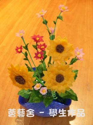 面粉花粘土作品 - 花卉及鱼池图片
